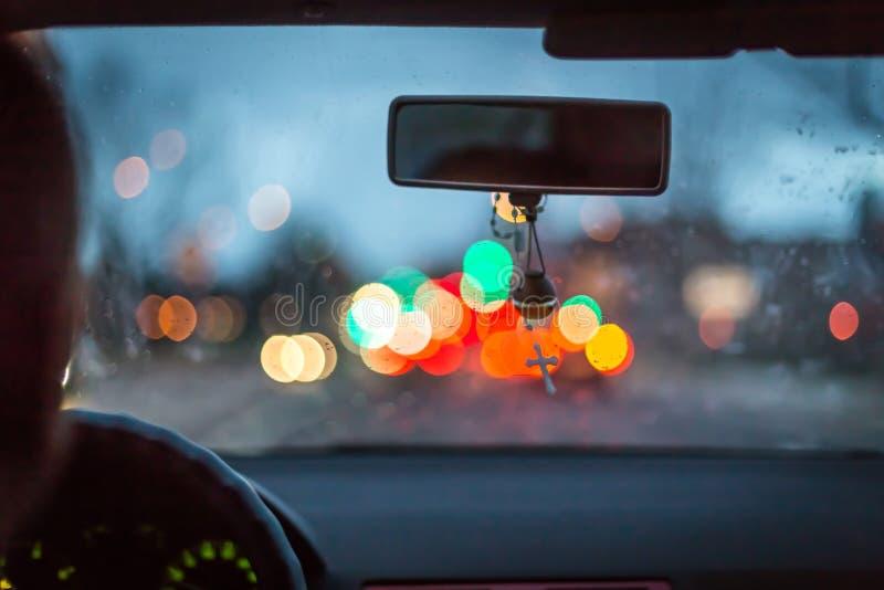 Bokeh si accende da ingorgo stradale sulla notte per fondo Immagine di sfuocatura fotografia stock
