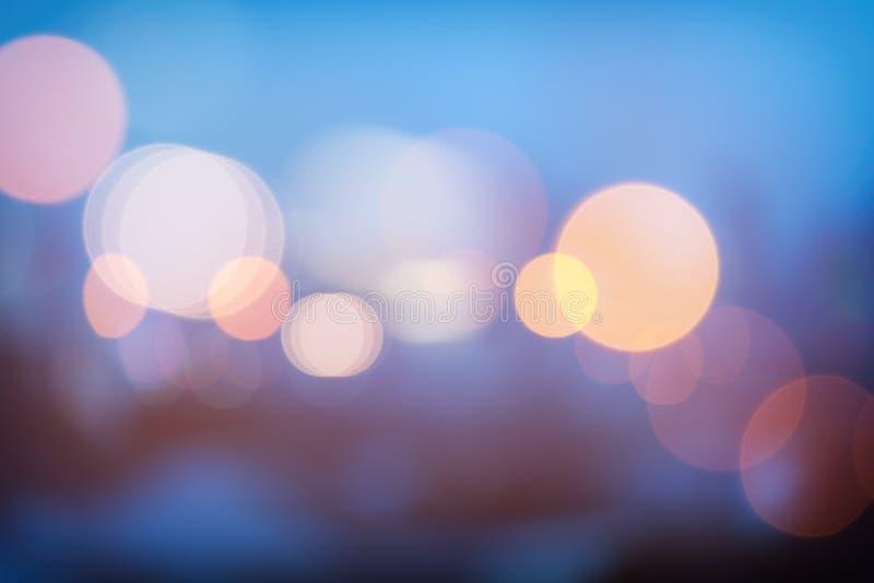 Bokeh urbano abstrato da luz da noite, fundo defocused fotografia de stock royalty free