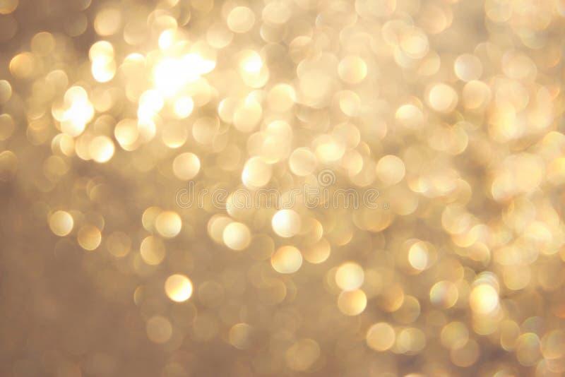 Bokeh vívido amarelo dourado no estilo macio da cor, fundo blured, cartão imagens de stock royalty free