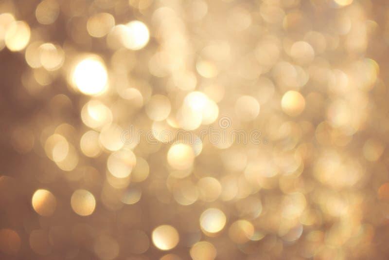 Bokeh vívido amarelo dourado no estilo macio da cor, fundo blured, cartão imagens de stock