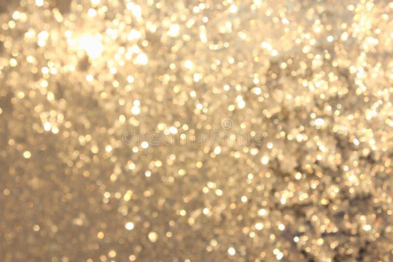 Bokeh vívido amarelo dourado no estilo macio da cor, fundo blured, cartão fotos de stock