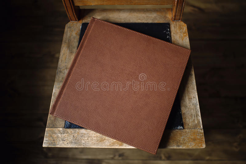 Boken är en gammal läderräkning royaltyfri bild