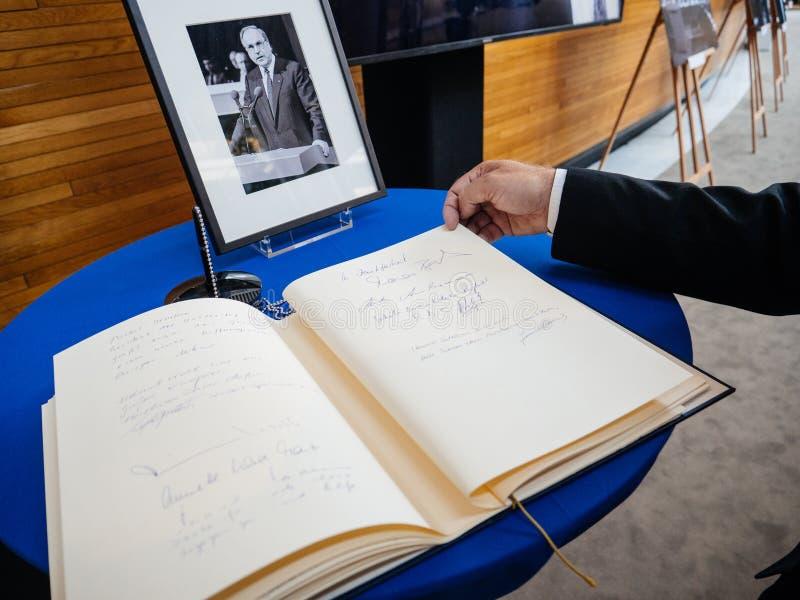 Boken av condoleances för Helmut Kohl på Europaparlamentet royaltyfria foton