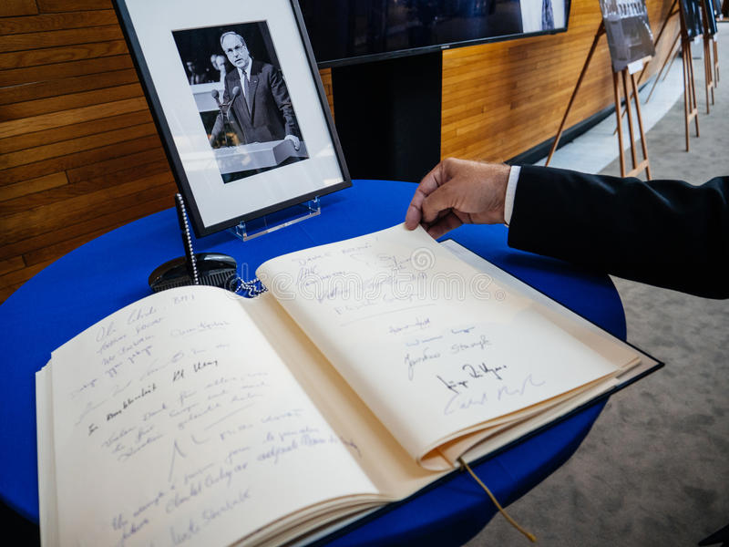 Boken av condoleances för Helmut Kohl på Europaparlamentet royaltyfri fotografi