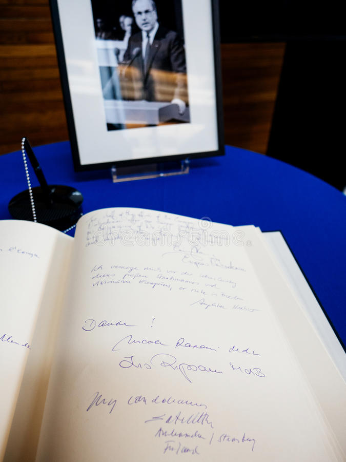 Boken av condoleances för Helmut Kohl på Europaparlamentet arkivbilder
