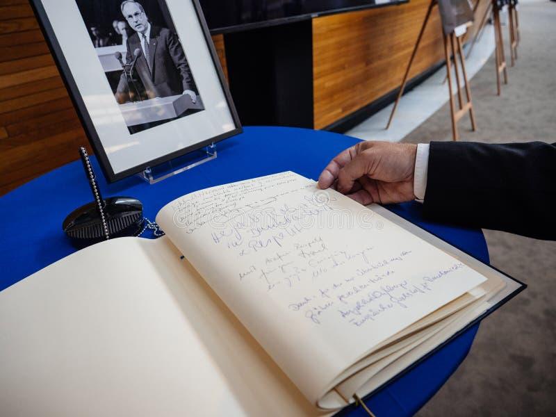 Boken av condoleances för Helmut Kohl på Europaparlamentet royaltyfria bilder