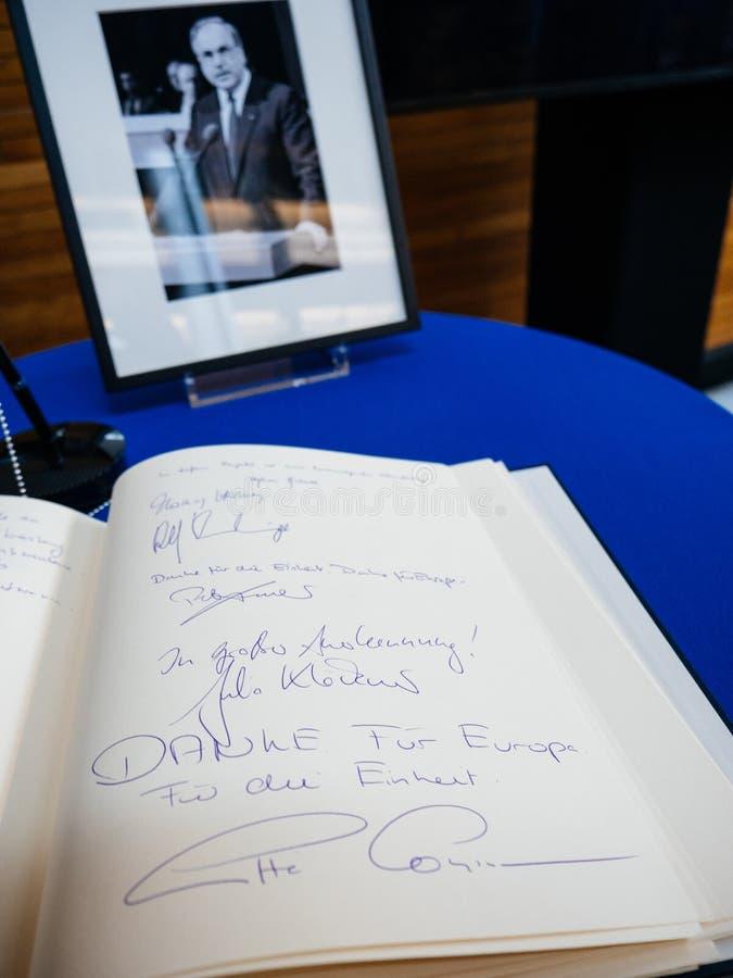 Boken av condoleances för Helmut Kohl på Europaparlamentet arkivfoton