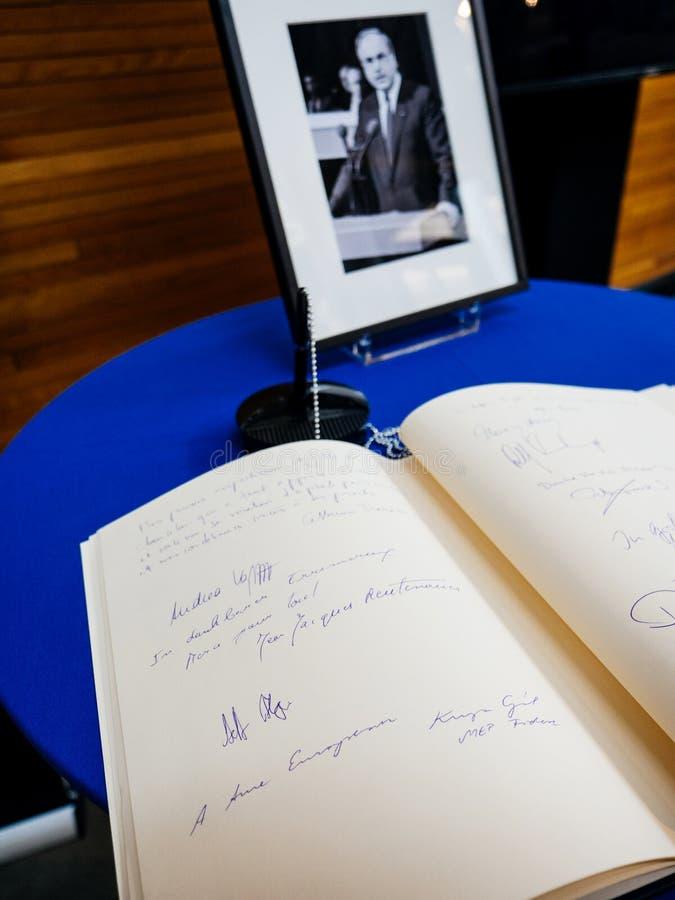 Boken av condoleances för Helmut Kohl på Europaparlamentet royaltyfri bild