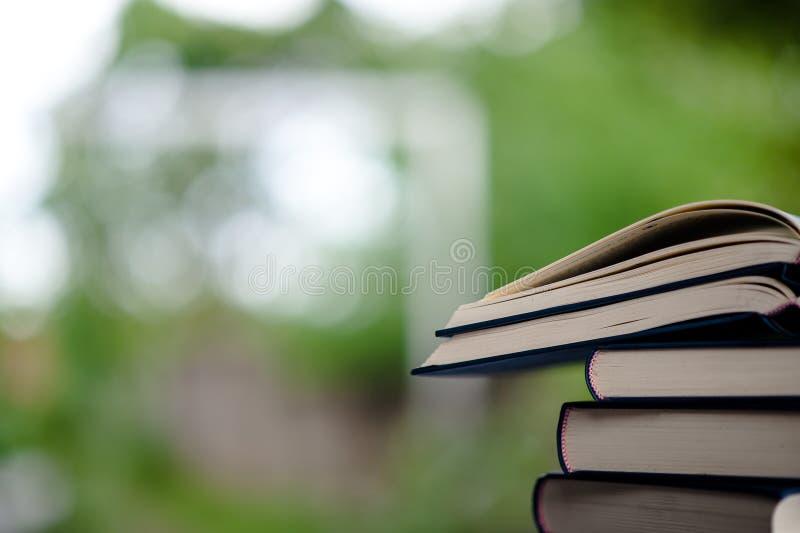 Boken förläggas på golvet Bok för vitt läder och studieTh arkivfoton