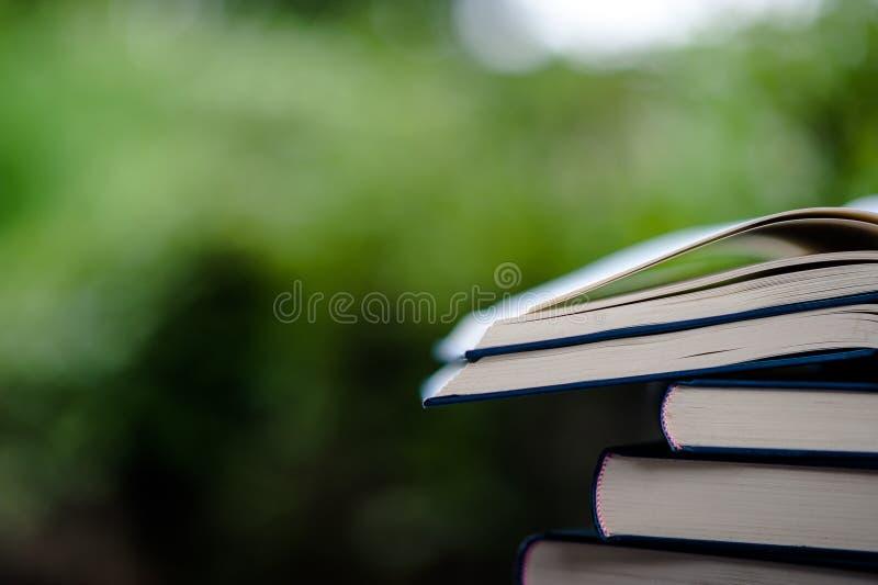 Boken förläggas på golvet Bok för vitt läder och studieTh arkivbilder