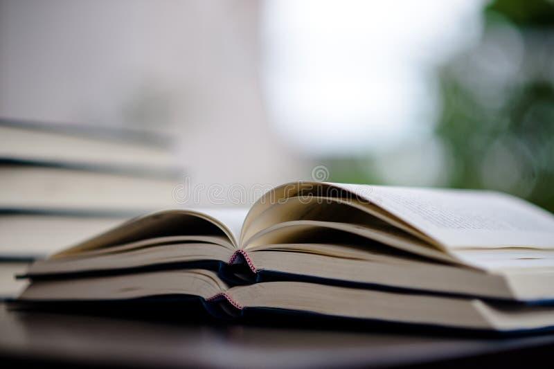Boken förläggas på golvet Bok för vitt läder och studieTh arkivbild