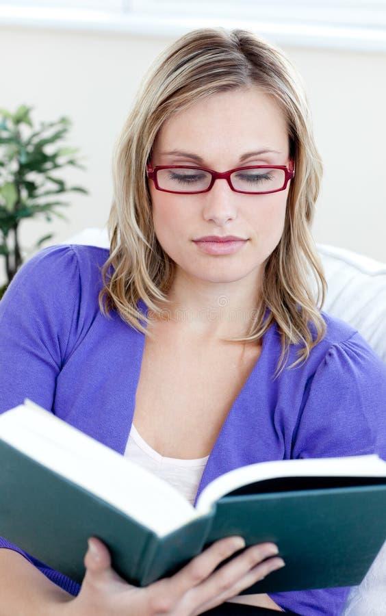 bokexponeringsglas som läser kvinnabarn royaltyfria bilder