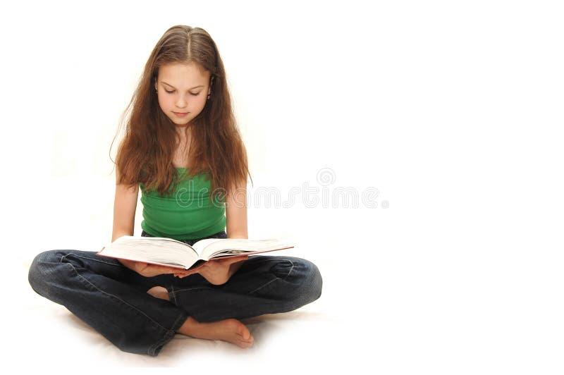 bokflickan läser tonåringbarn arkivbild