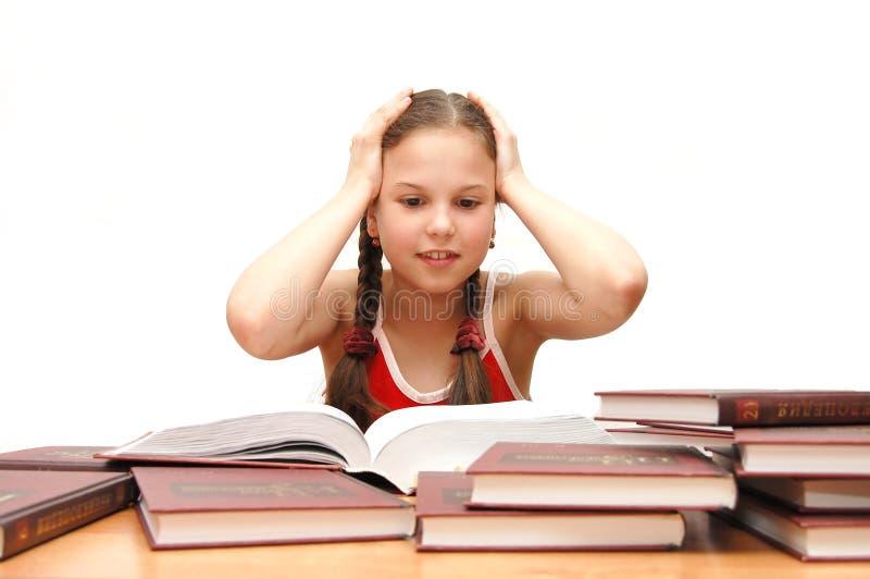 bokflickan läser tonåringbarn royaltyfri foto