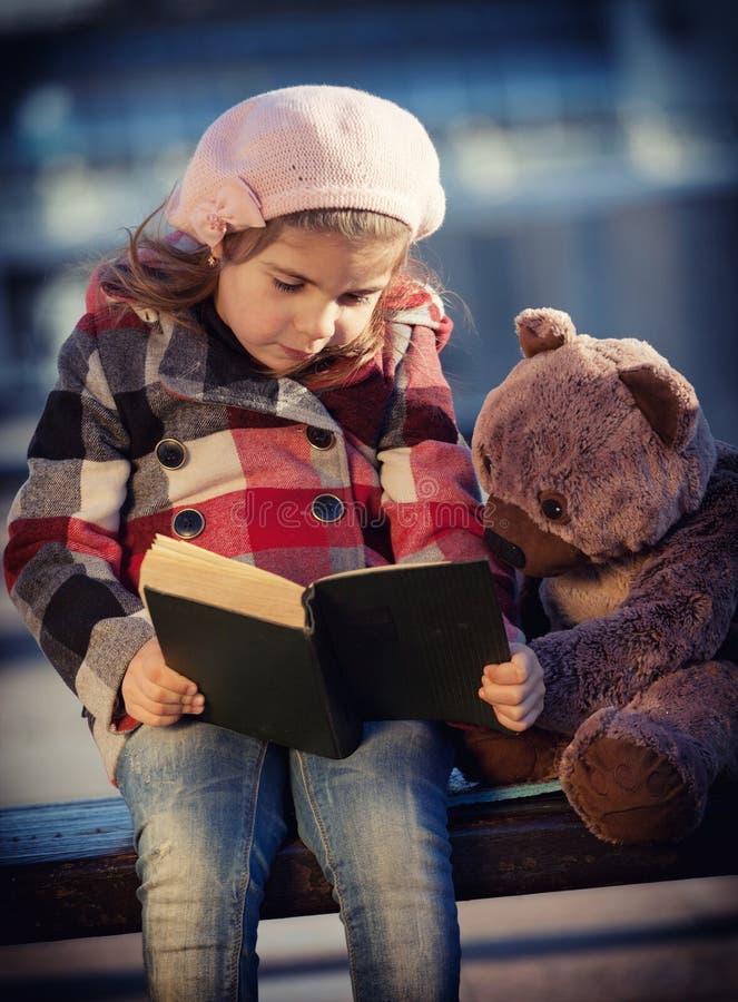bokflickan little läser arkivbilder