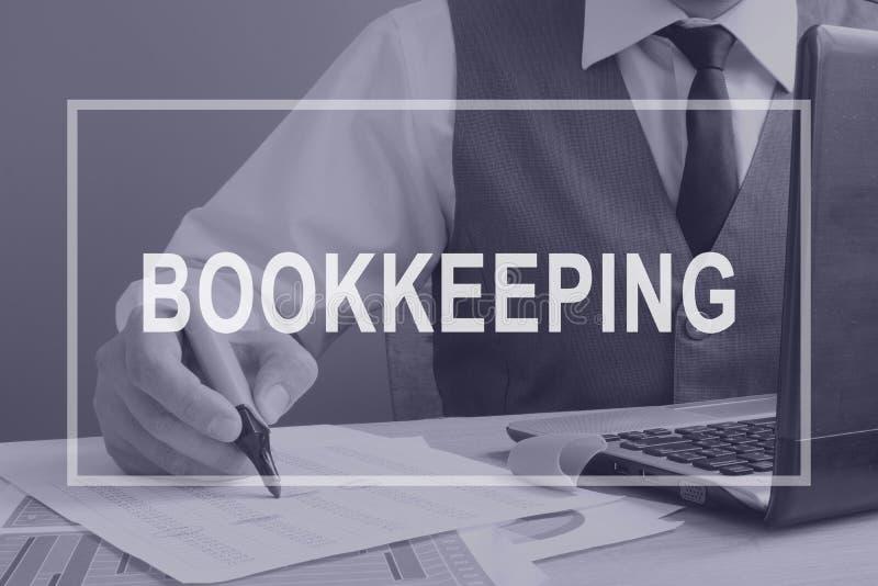 _ Bokhållare som arbetar med den finansiella rapporten arkivfoton
