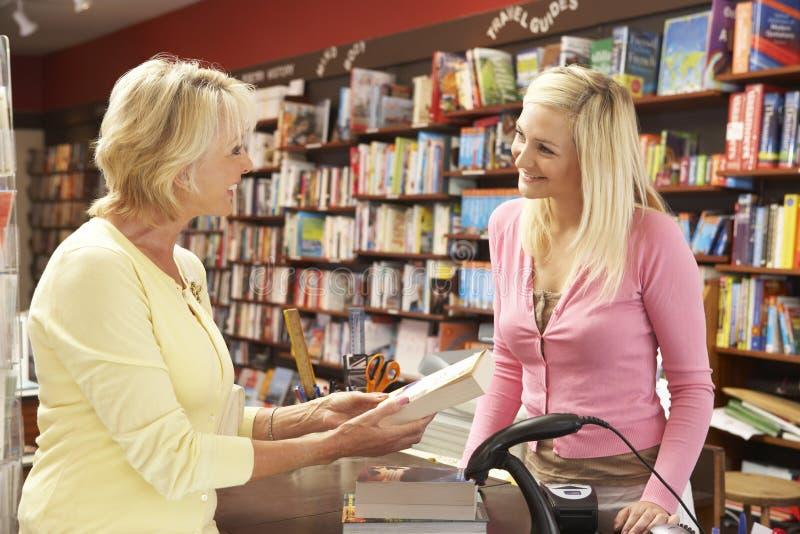 bokhandelkundkvinnlig royaltyfria foton