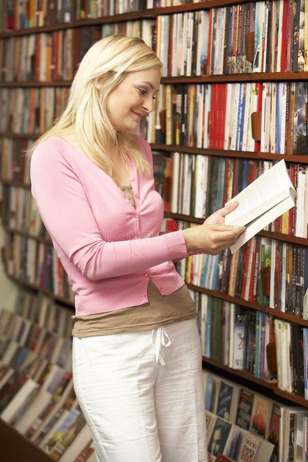 bokhandelkundkvinnlig arkivbild