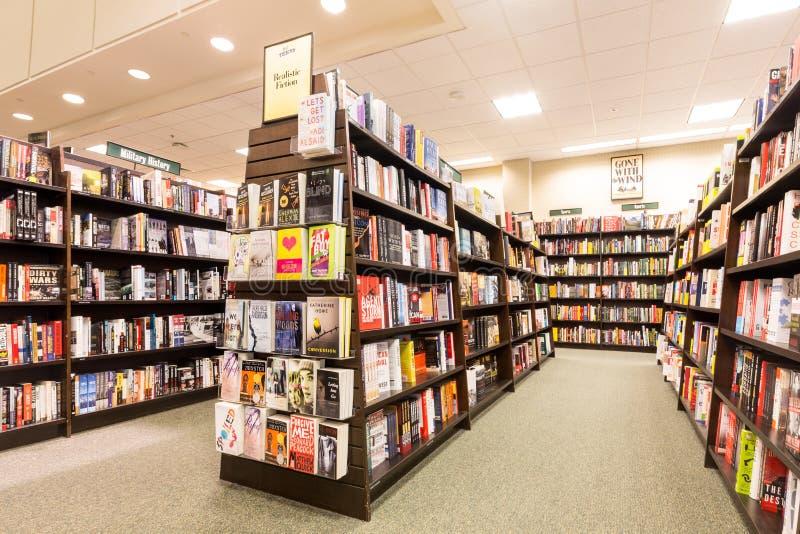 Bokhyllor i en Barnes & Noble bokhandel royaltyfria foton