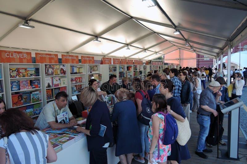 Bokmarknaden f?r r?d fyrkant i Moskva royaltyfri bild