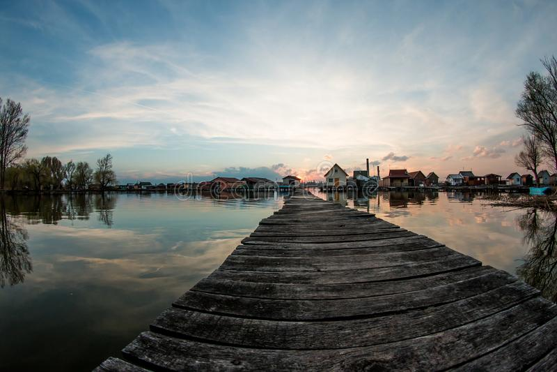 Bokod湖的浮动房子 免版税库存图片