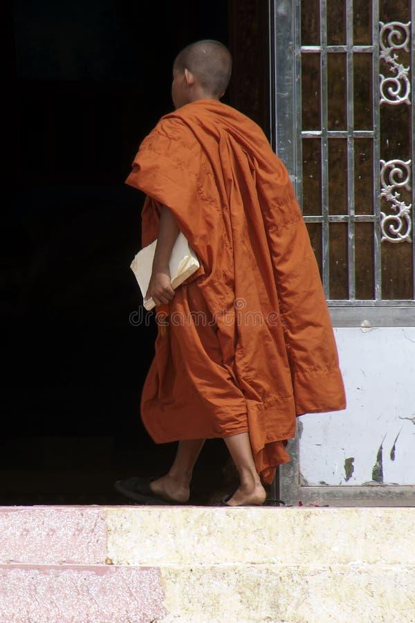 Bokor Nationaal Park Kambodja die, Monnik de bouw ingaan in Wat Sampov Pram stock foto's