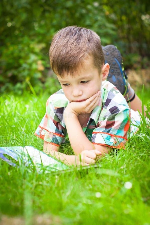bokpojke little avläsning royaltyfri foto