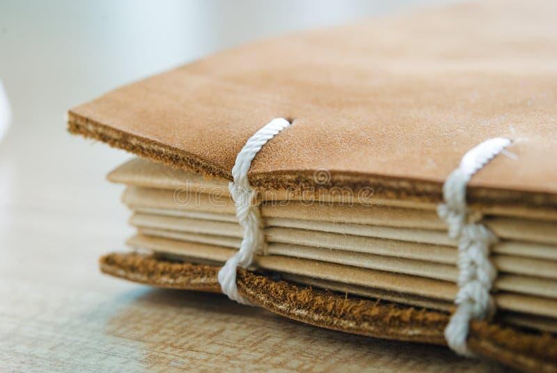 Bokrygg med läderräkningen arkivfoton