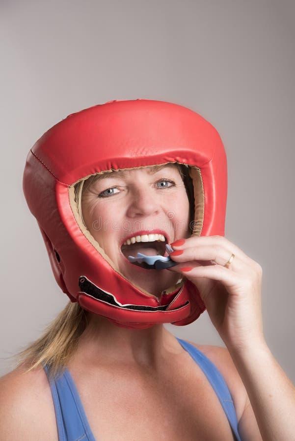 Bokser die een gomschild opnemen in de mond stock fotografie