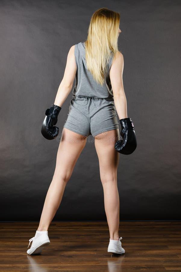 Bokser dziewczyny ćwiczenie z bokserskimi rękawiczkami obraz stock