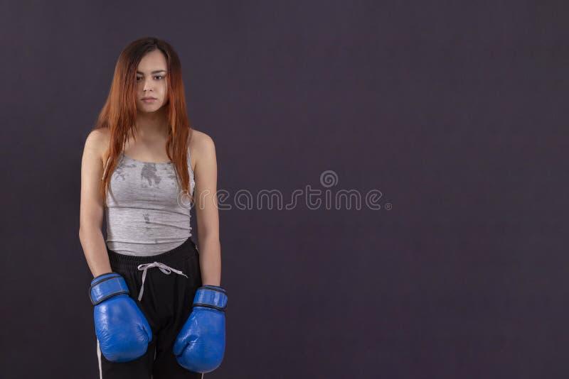 Bokser dziewczyny bokserskie r?kawiczki warty zm?czonego i przepoconego copyspace zdjęcie royalty free