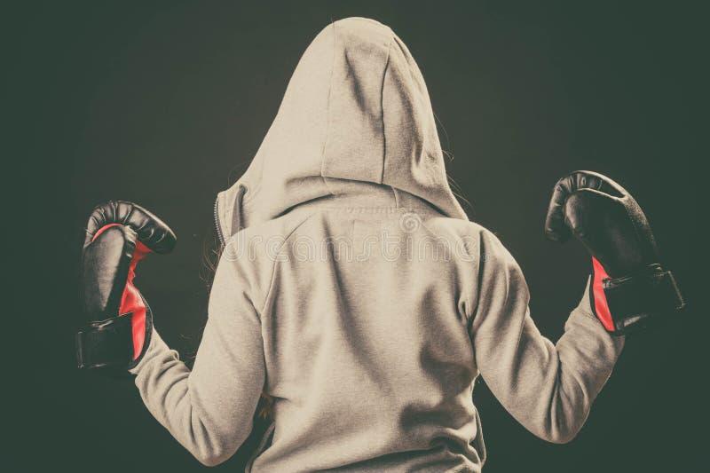 Bokser in hoodietribune achteruit met wapens in lucht stock fotografie