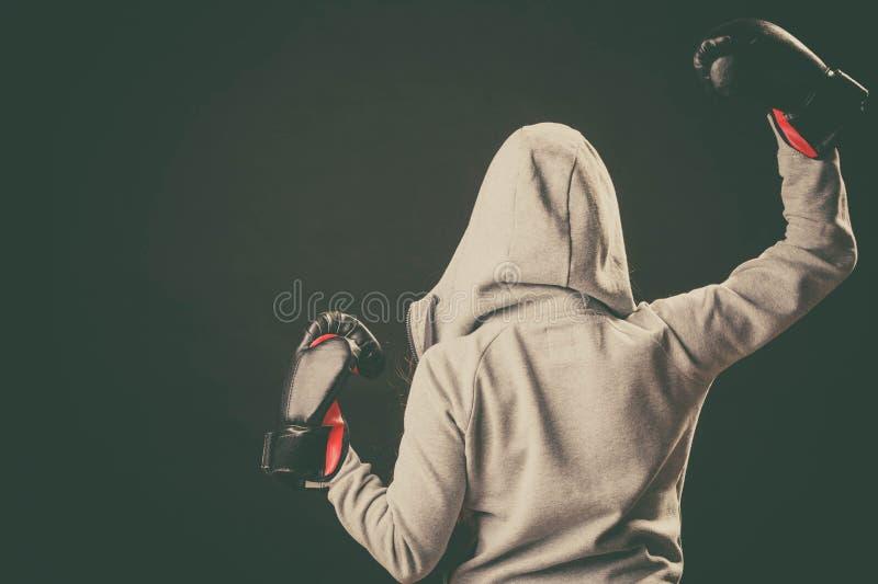 Bokser in hoodietribune achteruit met wapens in lucht royalty-vrije stock foto's