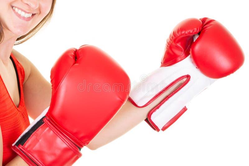 Bokser kobiety zbliżenie podczas boksu ćwiczenia robi bezpośredniemu uderzeniu z rękawiczką obraz royalty free