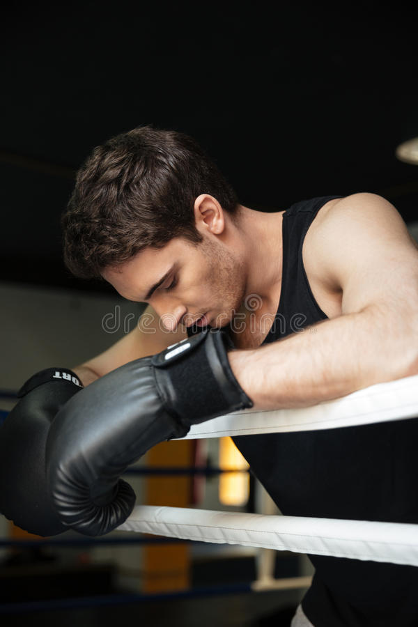 Bokser opleiding in een boksring Opzij het kijken stock foto