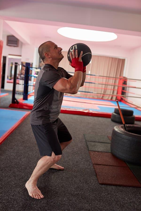 Bokser opleiding met gewichten royalty-vrije stock foto's