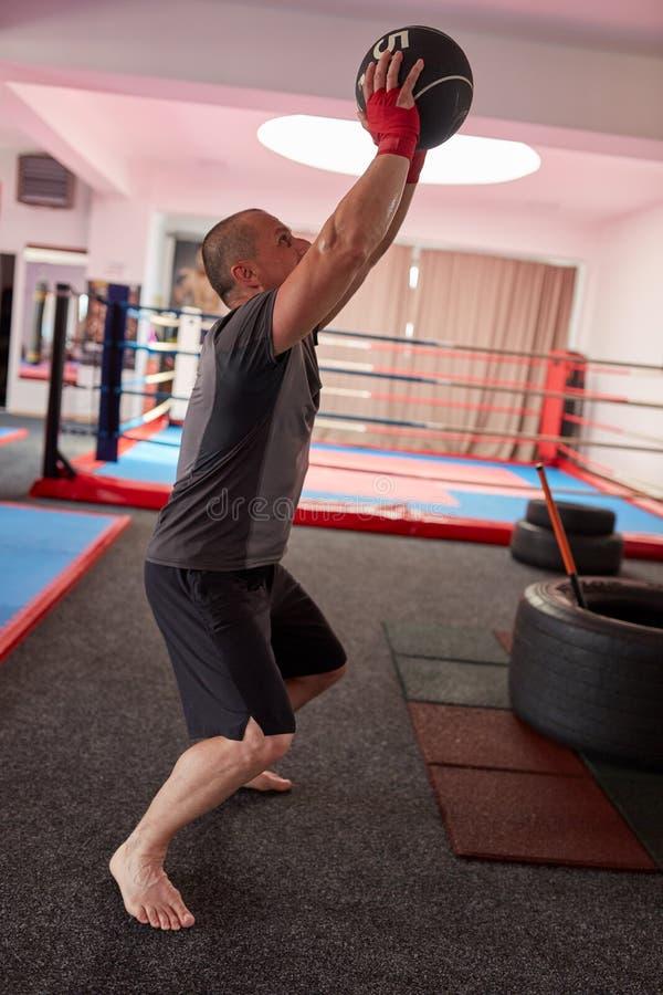 Bokser opleiding met gewichten stock afbeelding