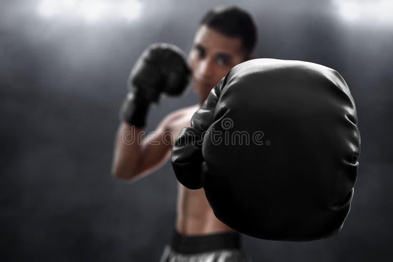 Bokser z czarnymi bokserskimi rękawiczkami obrazy stock