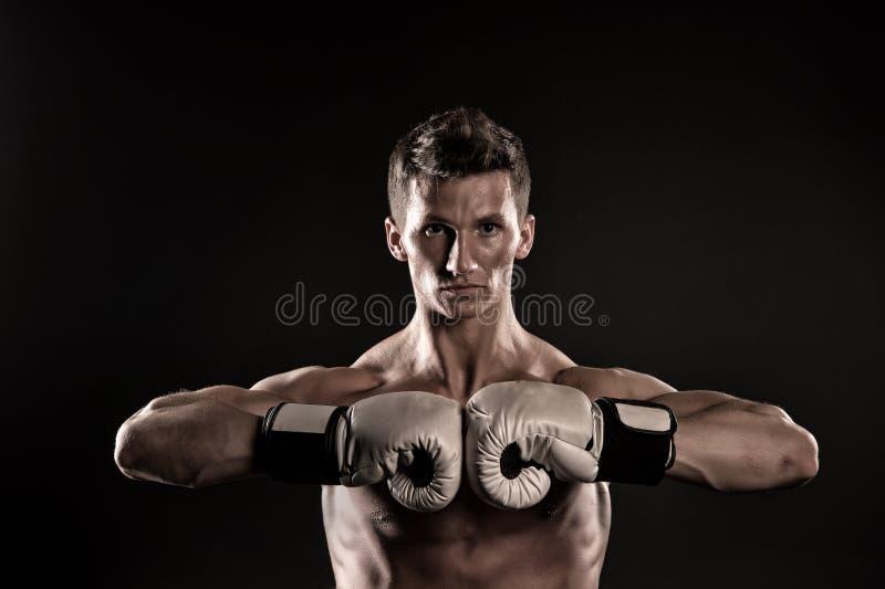 Bokser z silnymi rękami przygotowywać walczyć obraz royalty free