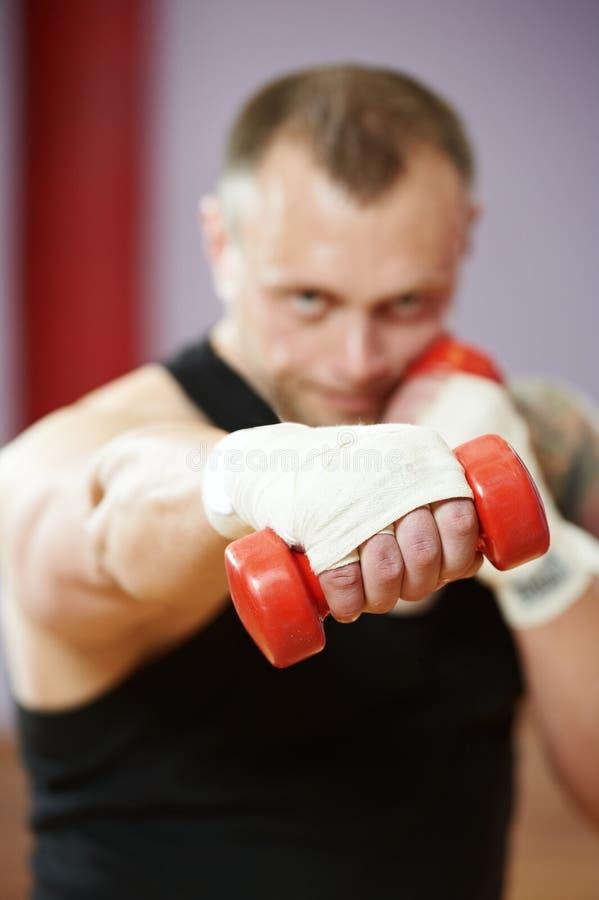 Boksera mężczyzna przy bokserskim szkoleniem z dumbbells obrazy stock