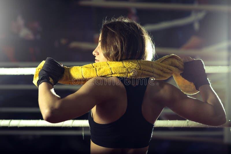 Bokserska dziewczyna z żółtym ręcznikiem obrazy stock