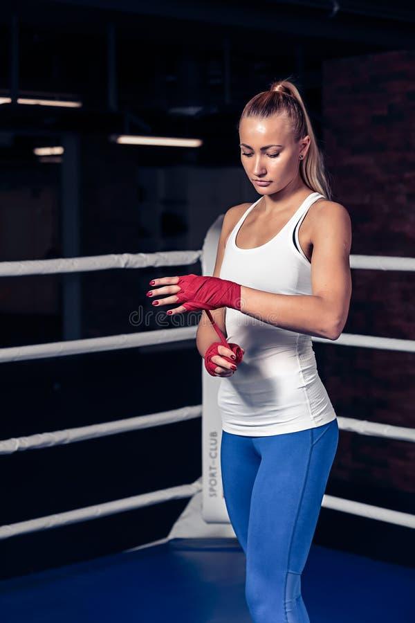 Bokserska kobieta oprawia bandaż na ręce obraz stock