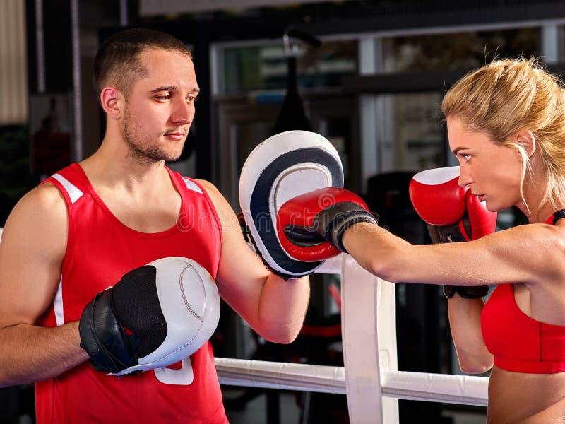 Bokserska trening kobieta w sprawności fizycznej klasie Sporta ćwiczenia dwa ludzie obrazy royalty free