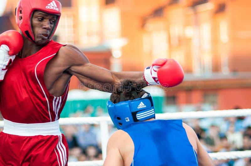 Bokserski dopasowanie między zwycięzcą puchar świata 2014 roku w boksować Yordan Hernandes, Kuba i Daniel Khlebnikov, Rosja wygry zdjęcia stock