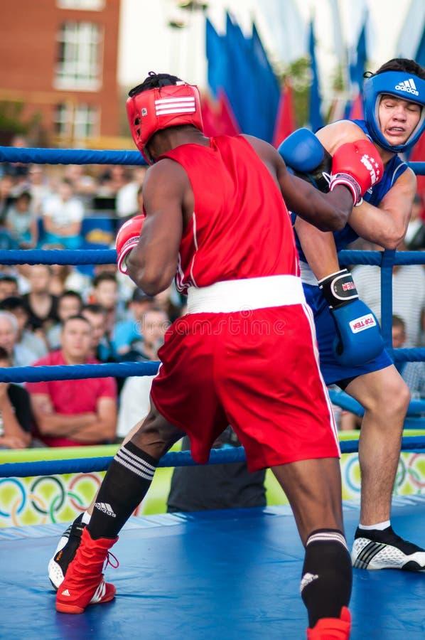 Bokserski dopasowanie między zwycięzcą puchar świata 2014 roku w boksować Yordan Hernandes, Kuba i Daniel Khlebnikov, Rosja wygry obraz royalty free