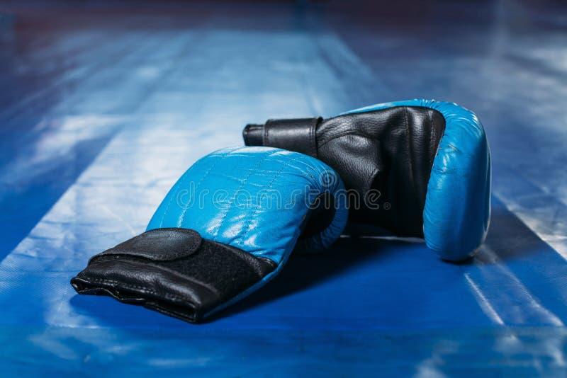 Bokshandschoenen op de vloer van de ring stock afbeelding