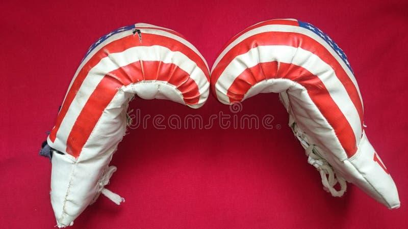 Bokshandschoenen op een rode achtergrond royalty-vrije stock foto