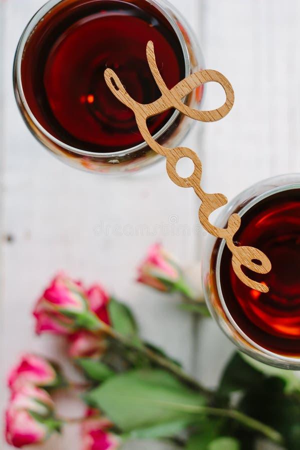Bokstäver ÄLSKAR på exponeringsglas av vin fotografering för bildbyråer