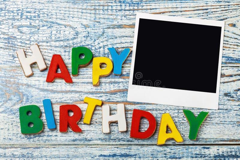 Bokstäver av kakor och den lyckliga födelsedagen royaltyfria foton