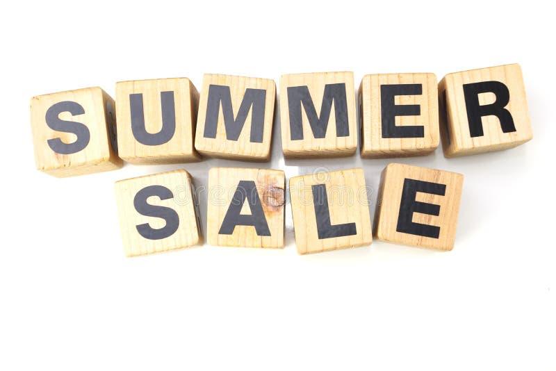 Bokstäver för sommarförsäljningsalfabet på vit bakgrund royaltyfri fotografi